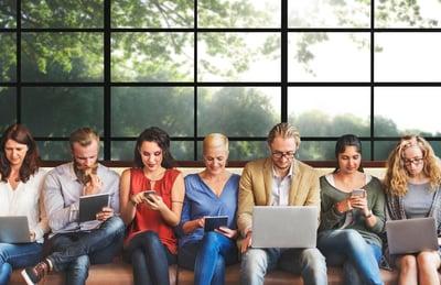 Menschen mit unterschiedlichen Geräten