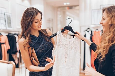 frau kauft kleid