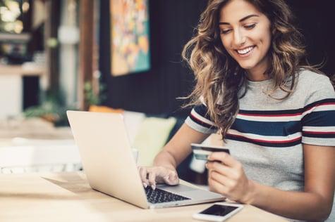 Frau-mit-Kreditkarte-vor-Laptop