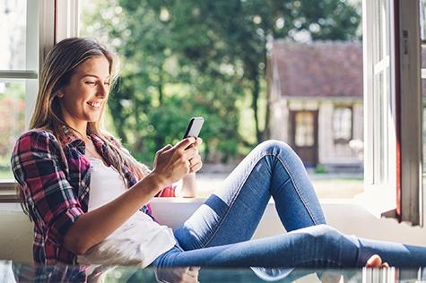 frau shoppt online mit smartphone